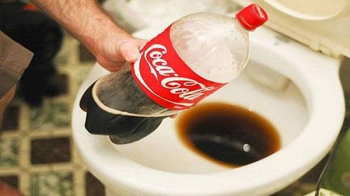 thông bồn cầu bằng Coca